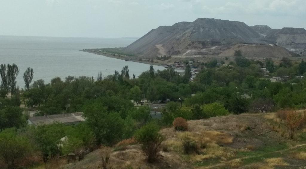 Шламонакопитель издали напоминает крымский пейзаж