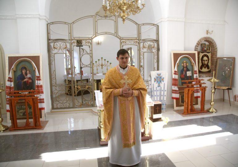 В храме святых апостолов Петра и Павла (Токмак) устанавливают кованый иконостас (видео)