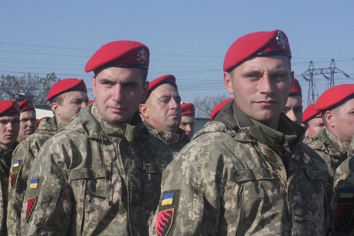 В Запорожье артиллеристам вручили красные береты