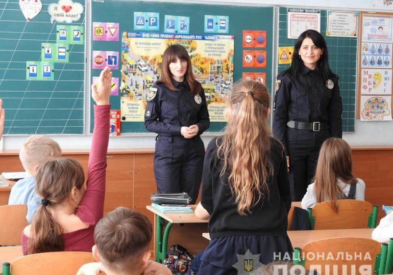 Ювенальні поліцейські у Запоріжжі провели лекцію для школярів з безпеки дорожнього руху