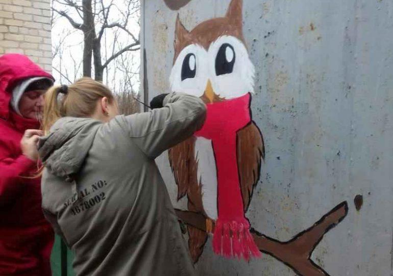В Бердянске школьники проведали питомцев приюта для собак и разрисовали их вольеры