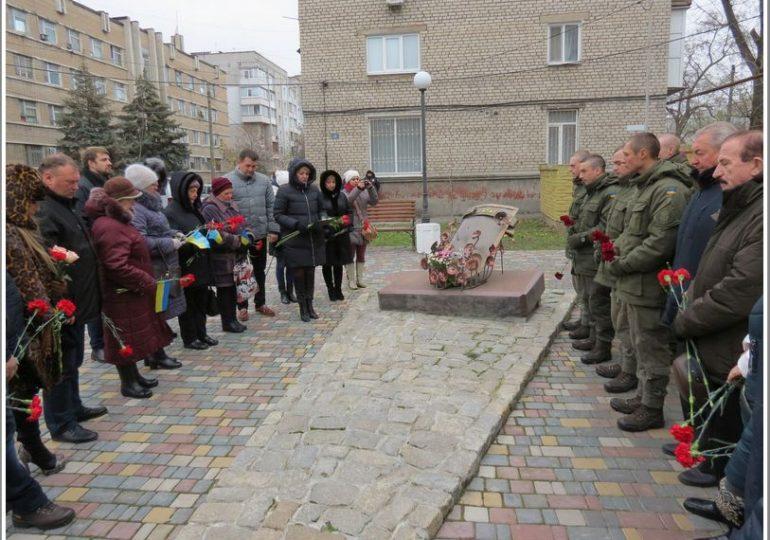 В Бердянске возложили цветы к памятному знаку в сквере Героев Небесной Сотни