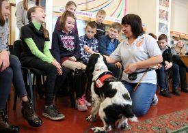В Запорожье пес Евсей попал в детскую библиотеку