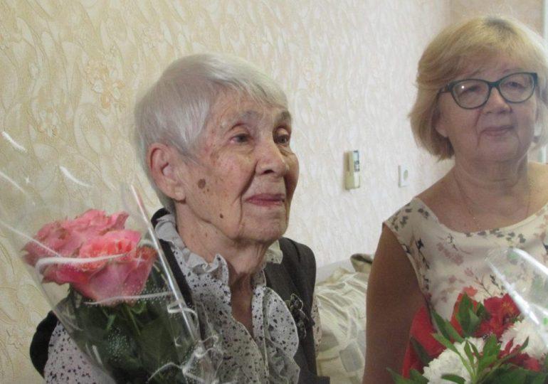 В Бердянске учительница принимала поздравления с 90-летием