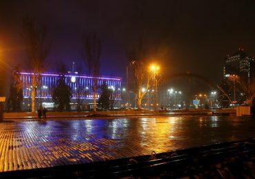 В Запорожье каток монтируют даже ночью (видео)