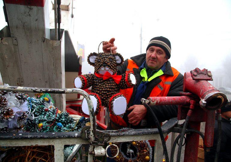 В Запорожье украшают главную ёлку! Елочка вам нравится?