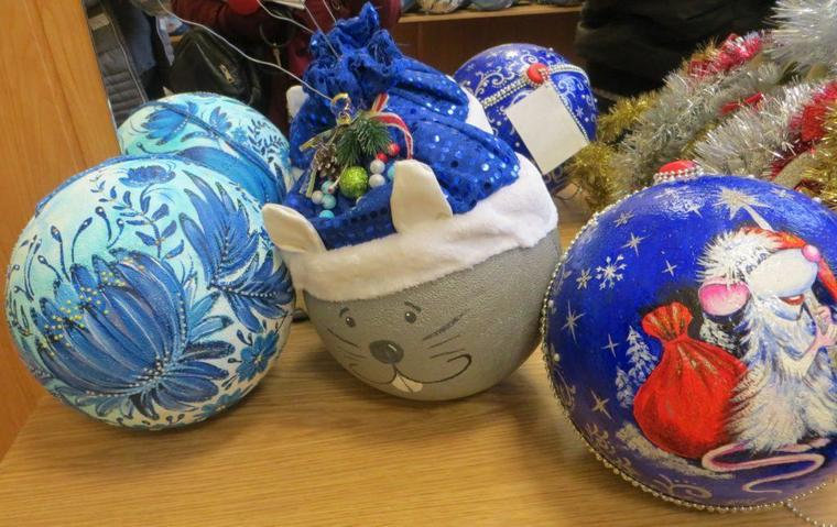 В Бердянске дети создали авторские украшения для городской ёлки