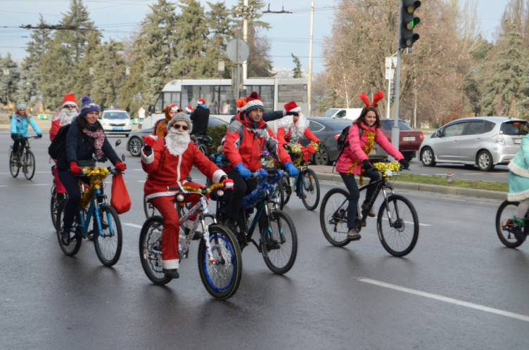 В Запорожье гоняли на великах Санта Клаусы, Деды Морозы и... Мыши