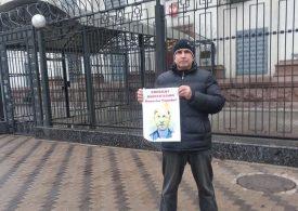 Запорожский волонтер провел акцию протеста возле посольства РФ