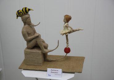 В арт-галерее кукол Ольги Гречухи открылась новая тематическая выставка «За рамками» (фото)