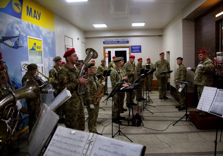 В аэропорту Запорожья почтили память киборгов (фото, видео)