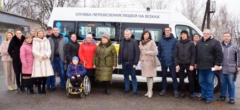 В Запорожской области громада получила спецавтомобиль для людей с инвалидностью