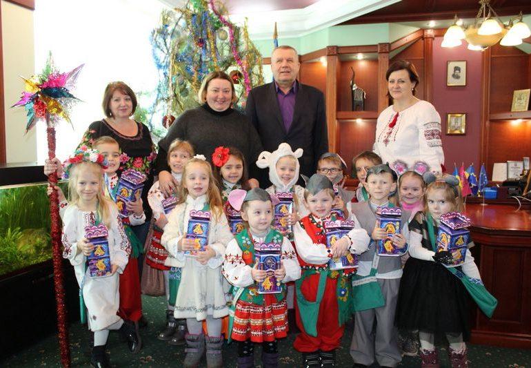 В Бердянске детсадовцы исполняли щедривки в кабинете мэра