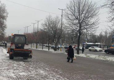 В Запорожье работники КП «ЭЛУАД»  спасали горожан от гололеда
