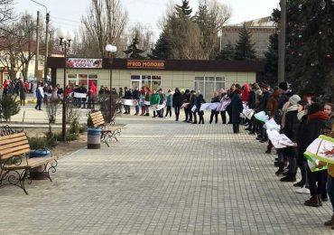 Школьники Кирилловской громады в День Соборности создали живую цепь единства