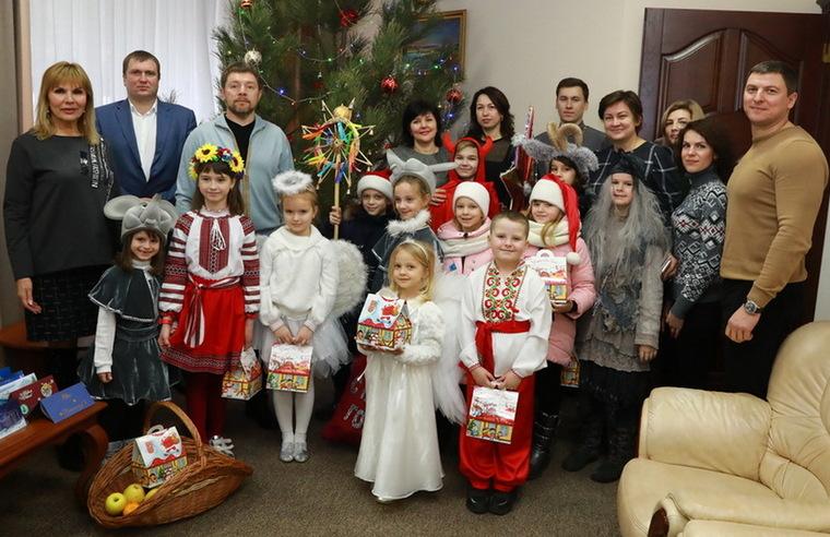 Юных колядников встречали в Запорожской обладминистрации