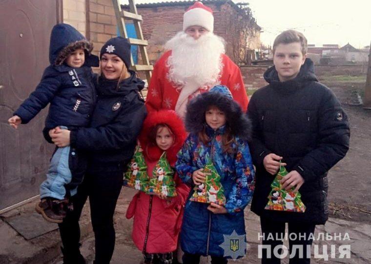 В Запорожской области детвору поздравлял Дед Мороз из полиции
