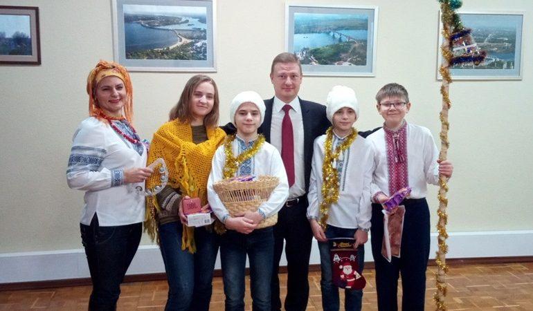 В Запорожье ученики УВК № 109 поздравили власть со старым Новым годом