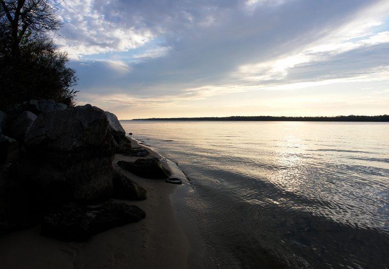 Выимка сетей и выпуск рыбы из зимовальных ям Балабиснкого залива (видео)
