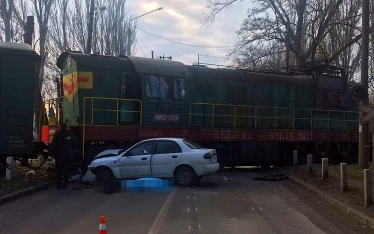 В Запорожье в результате столкновения легкового автомобиля и локомотива один человек погиб