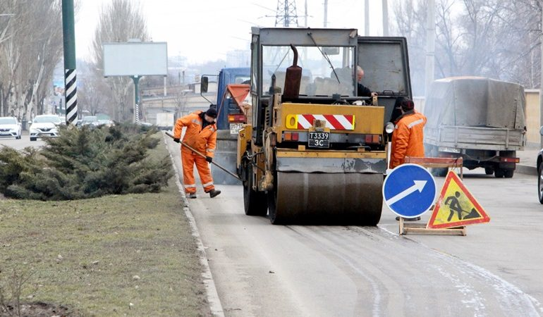 В Шевченковском районе Запорожья проводят ямочный ремонт дорог