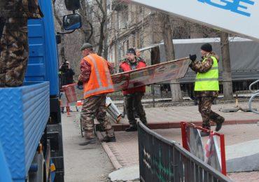 В Запорожье демонтировали незаконную рекламную конструкцию