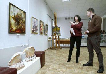 В запорожском художественном музее открылась выставка «От сессии до сессии»