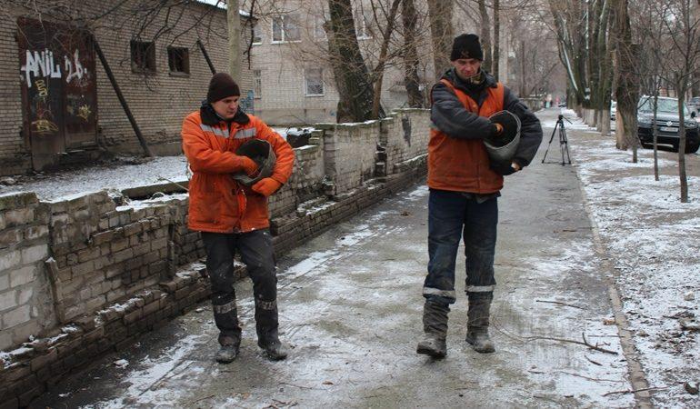 Как в Запорожье работники КП «ЭЛУАД» борются с гололедом
