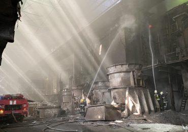 """Після пожежі на """"Дніпроспецсталі"""" травмувся один із вогнеборців"""