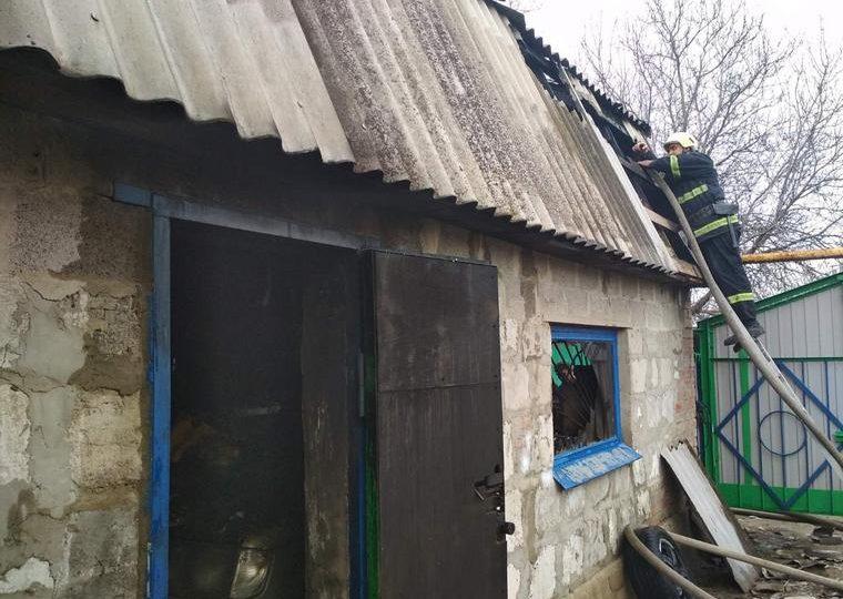 В Запорожье горел гараж, в котором находился автомобиль Mercedes