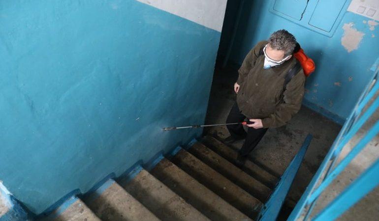 В Запорожье ежедневно дезинфицируют подъезды