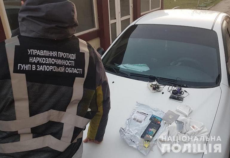 Запорізькі поліцейські на пошті вилучили зіп-пакети у мешканця Бердянська