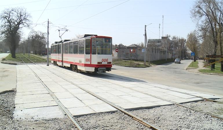 В Запорожье по экспериментальной технологии отремонтировали трамвайный переезд