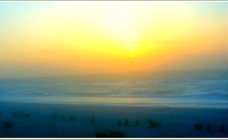 Лимонно-туманный рассвет на Азовском море (фото)