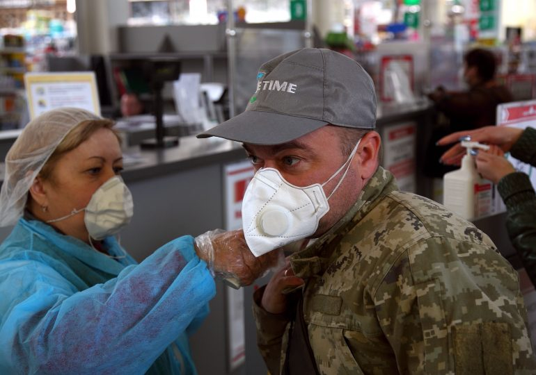 В Запорожье карантин. Вход с температурой и без защитной маски запрещен (фото)