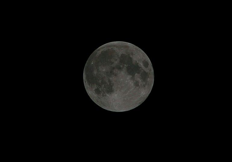 Луна готовится к затмению (видео)