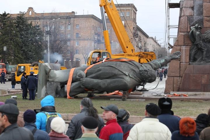 Как в Запорожье демонтировали самый большой памятник Ленину в Украине (фото, видео)