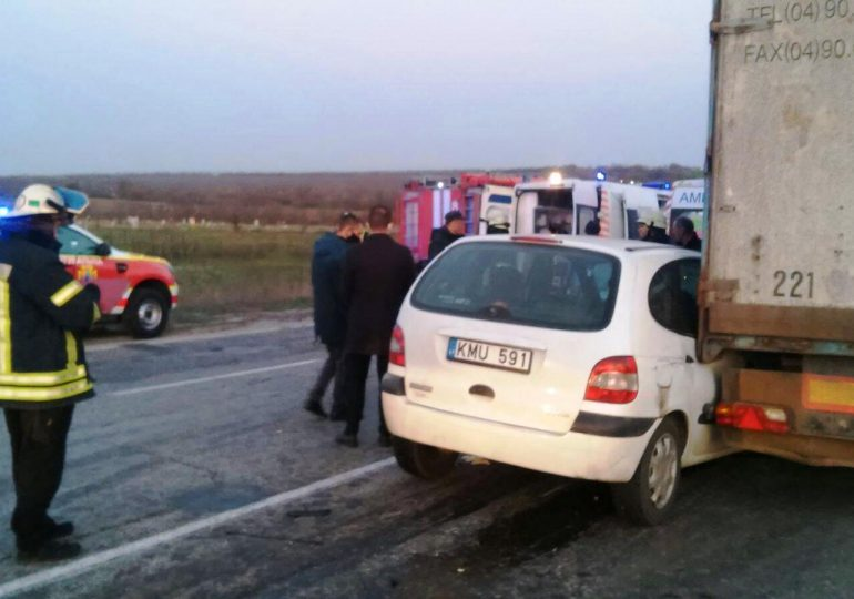 Запорізькі рятувальники витягли водія в понівеченої автоівки
