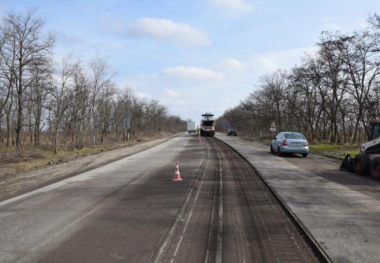Автотрассу на Бердянск ремонтируют днем и ночью