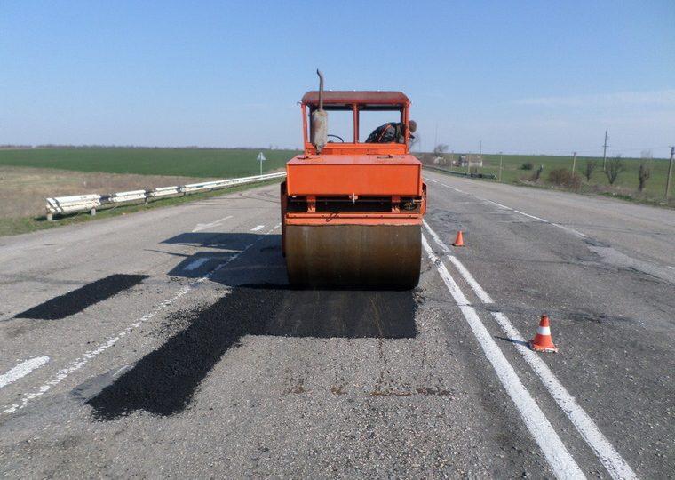 На трасах в Кам'янсько-Дніпровському районі ліквідують ями