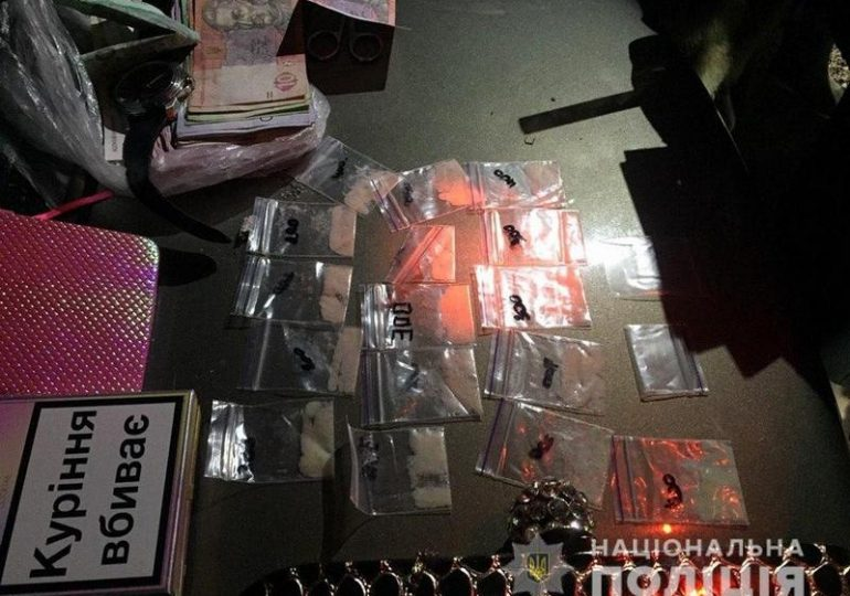 У Запоріжжі поліцейські затримали підозрювану у збуті амфетаміну