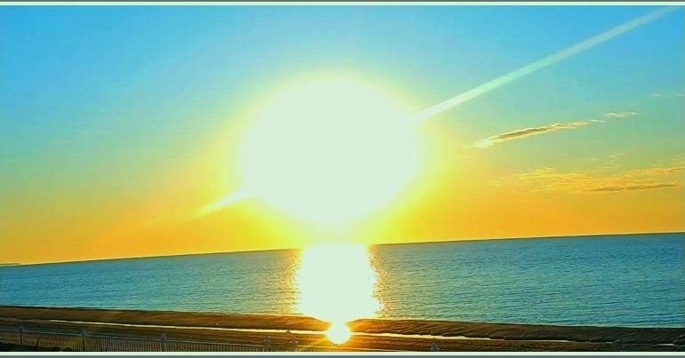 В Запорожской области над морем взошло солнце, похожее на… планету Сатурн (фото)