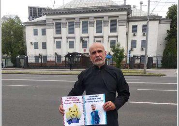 Запорожский активист пикетировал в Киеве посольство РФ