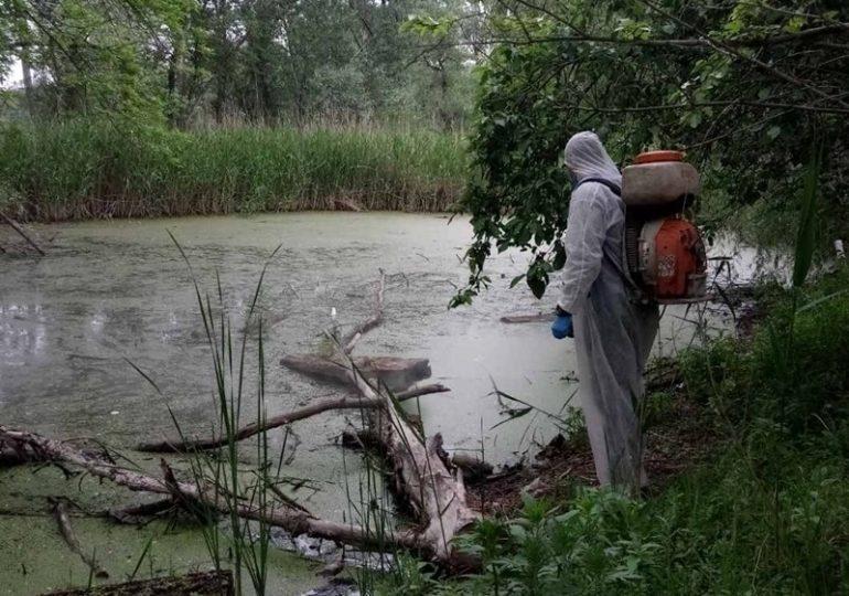 В Запорожье обрабатывают водоемы, чтобы  в них не размножались комары (фото)