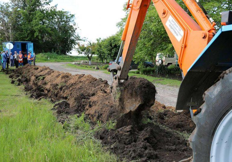 В пгт Новониколаевка начата масштабная реконструкция водопроводной сети (видео)