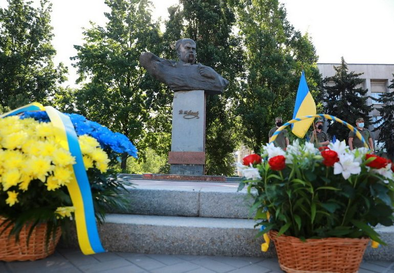 В Запорожье возложили цветы к бюсту Тараса Шевченко