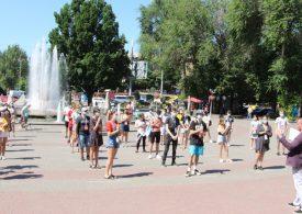 Запорожскую молодежь пригласили на квест и поздравили с праздником