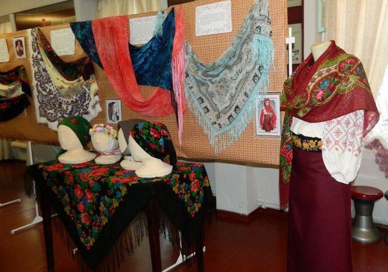 В бердянском музее Петра Шмидта возобновилась выставка украинских платков