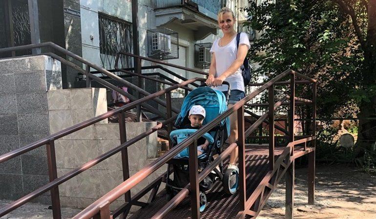 В Запорожье в городском центре социальных служб установили пандус