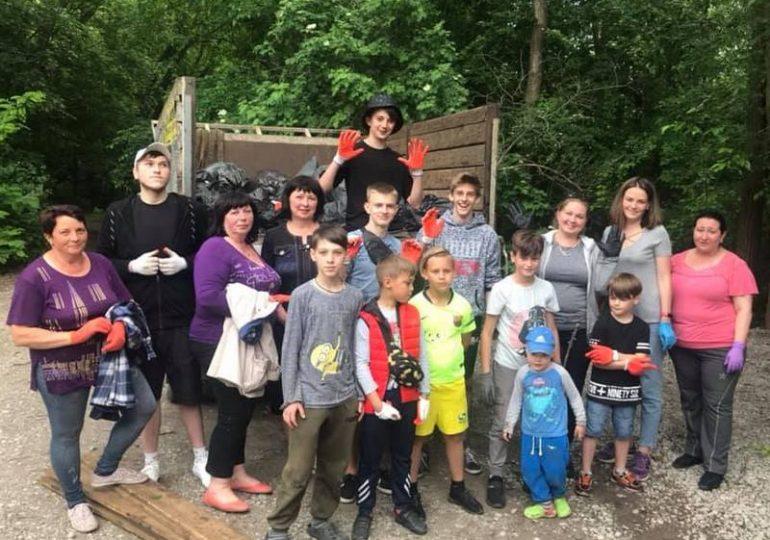 В Запорожской области активисты навели порядок возле необычного озера